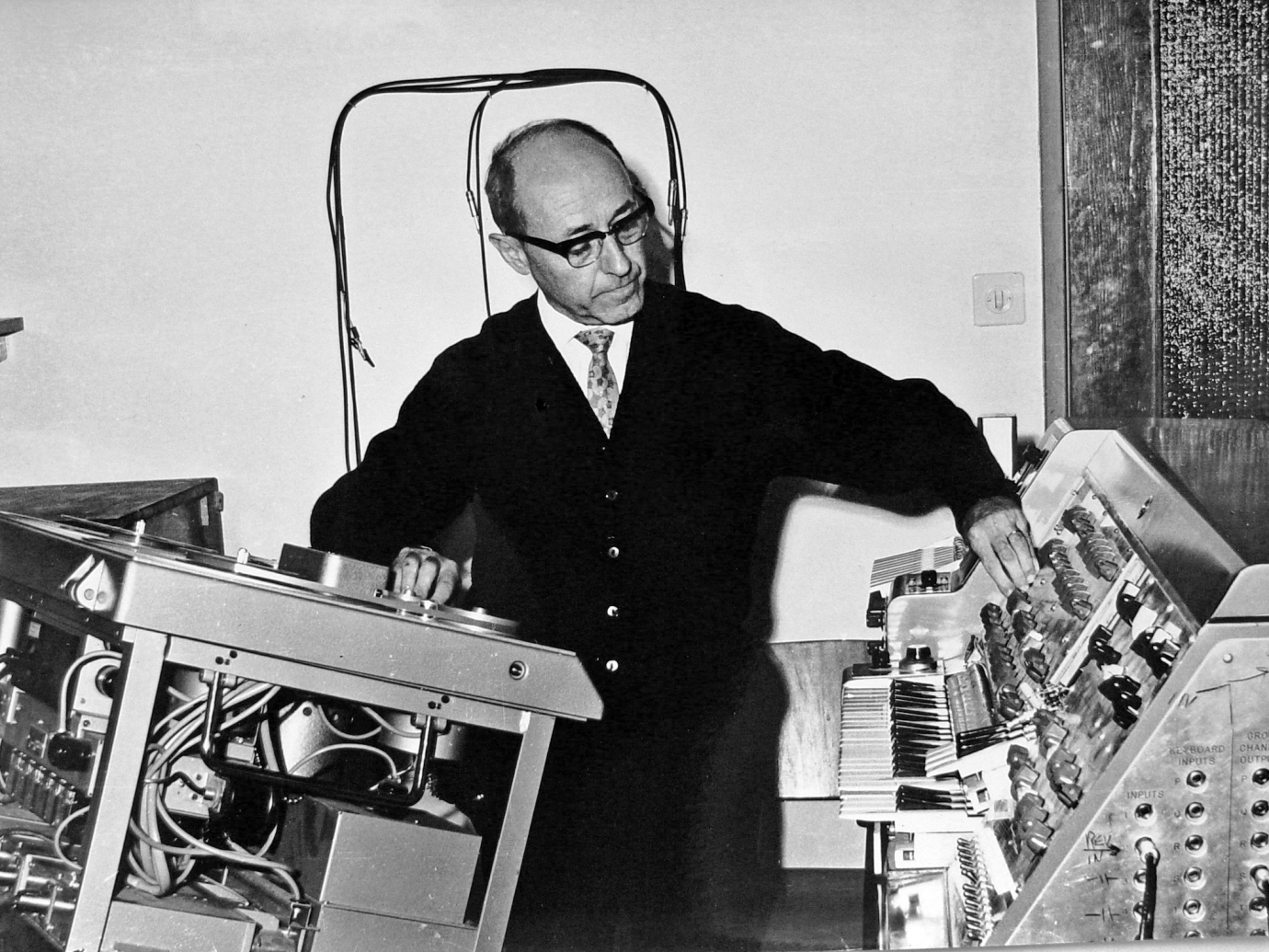 Josef_Tal_at_the_Electronic_Music_Studio